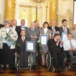 Osoby reprezentujące nagrodzonych pracodawców. Powiększ zdjęcie.